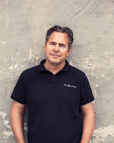 Apoteas vd Pär Svärdson står mot en grå vägg.