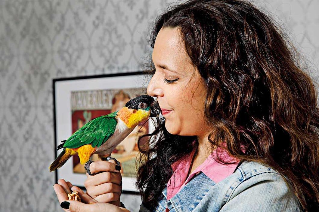 Isabella Stenmark med sin papegoja.